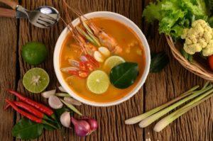 tom-yum-kung-thai-crevettes-soupe-epicee-chaude-citronnelle-citron-galanga-piment-table-bois-thailande-food